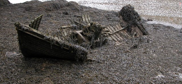 Rotting_boat,_Mylor_Creek_-_geograph.org.uk_-_125385-cropped