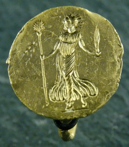 Ring_maenad_Louvre_Bj1052